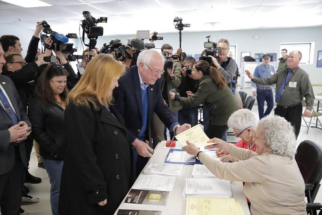 El candidato presidencial demócrata, el senador Bernie Sanders, I-Vt., llega a votar en las pr ...