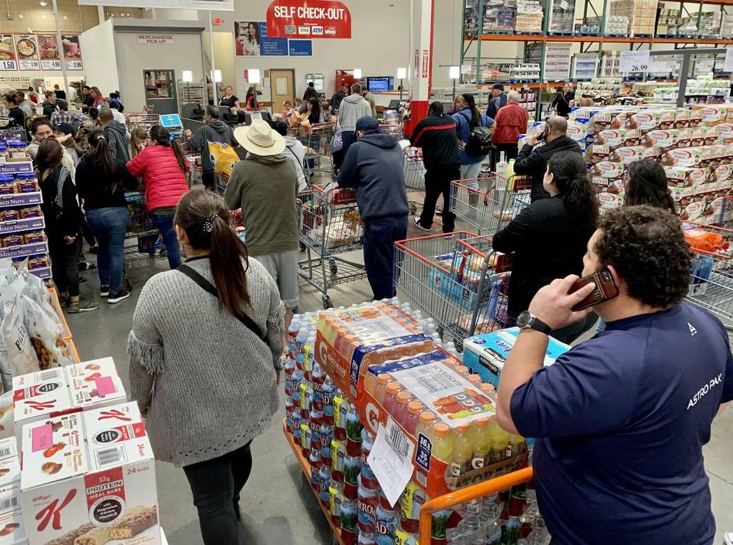 Compradores en Costco Wholesale en Las Vegas el lunes, 2 de marzo de 2020. (David Guzman/Las Ve ...