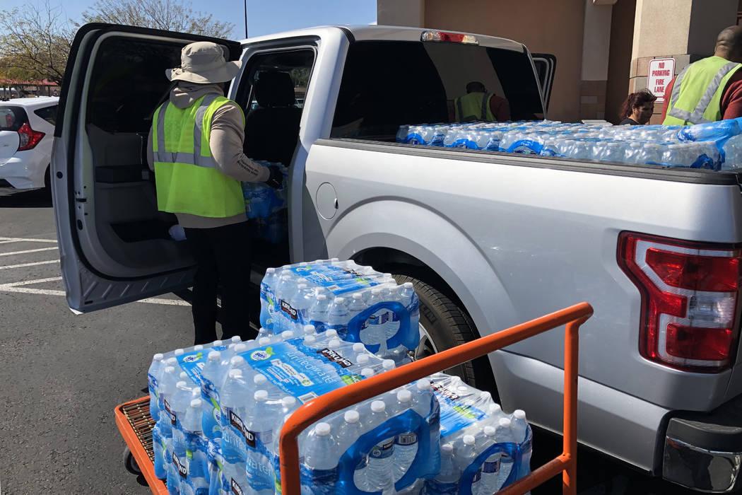Cajas de agua se cargan en una camioneta en Costco Wholesale de Henderson el lunes, 2 de marzo ...