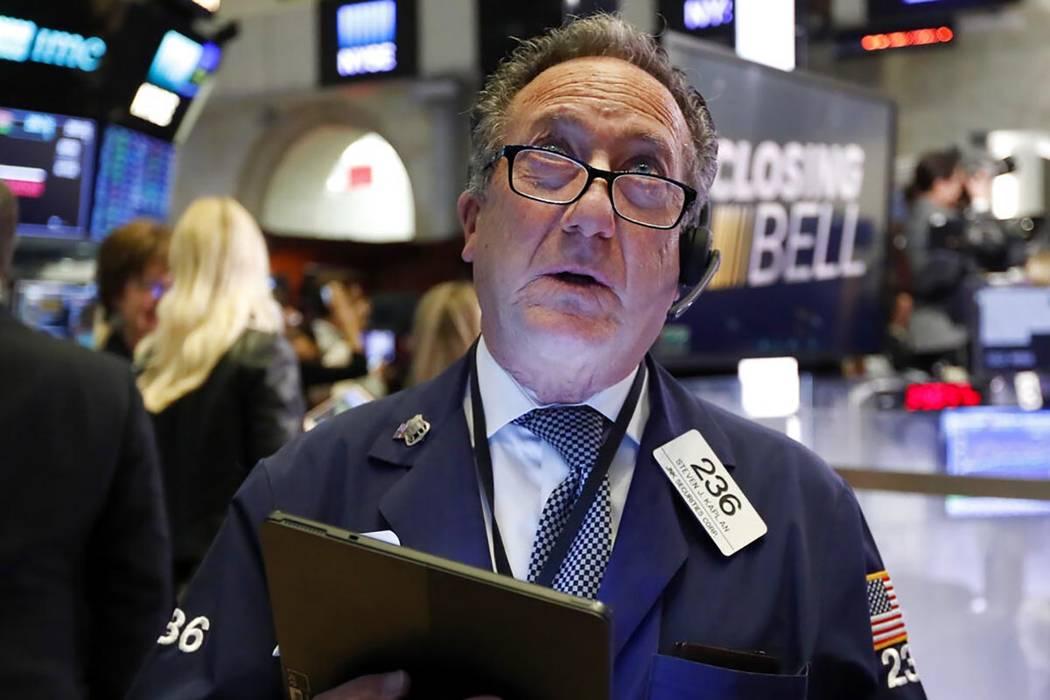 El comerciante Steven Kaplan observa los números en la campana de cierre en el piso de la Bols ...