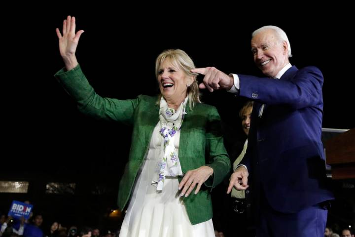 El candidato presidencial demócrata, el ex vicepresidente Joe Biden, derecha, y su esposa Jill ...