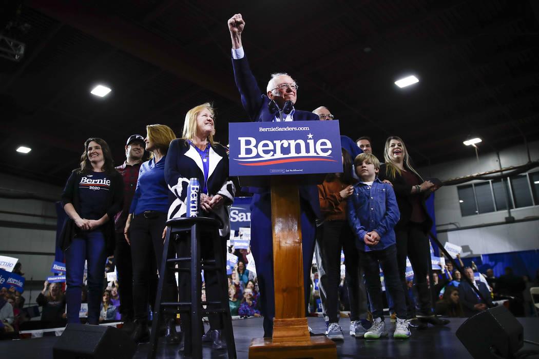 El candidato presidencial demócrata, el senador Bernie Sanders, I-Vt., acompañado por su espo ...