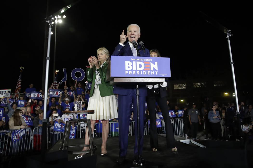El candidato presidencial demócrata, el ex vicepresidente Joe Biden, habla, junto a su esposa ...