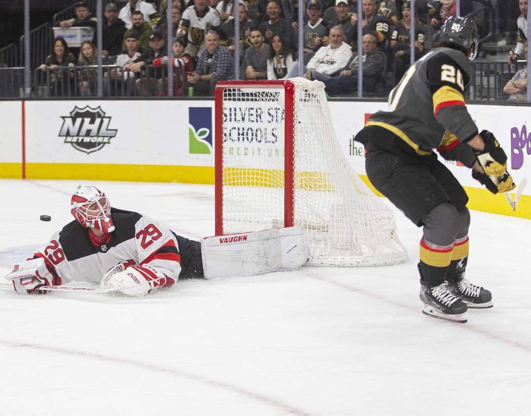El portero de los New Jersey Devils, Mackenzie Blackwood (29), hace una atajada en picada contr ...