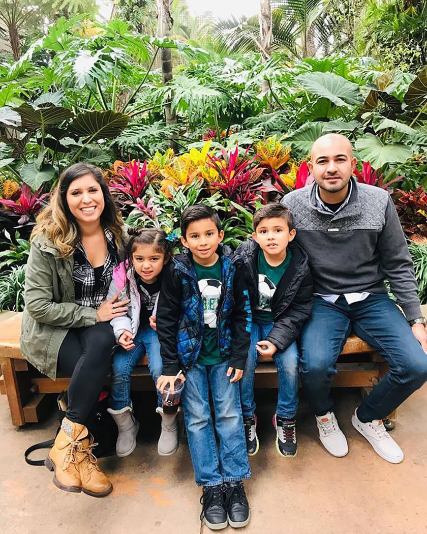 La familia de Xavier Álvarez (centro) se compone de sus padres Elizabeth & Jaime, así como su ...