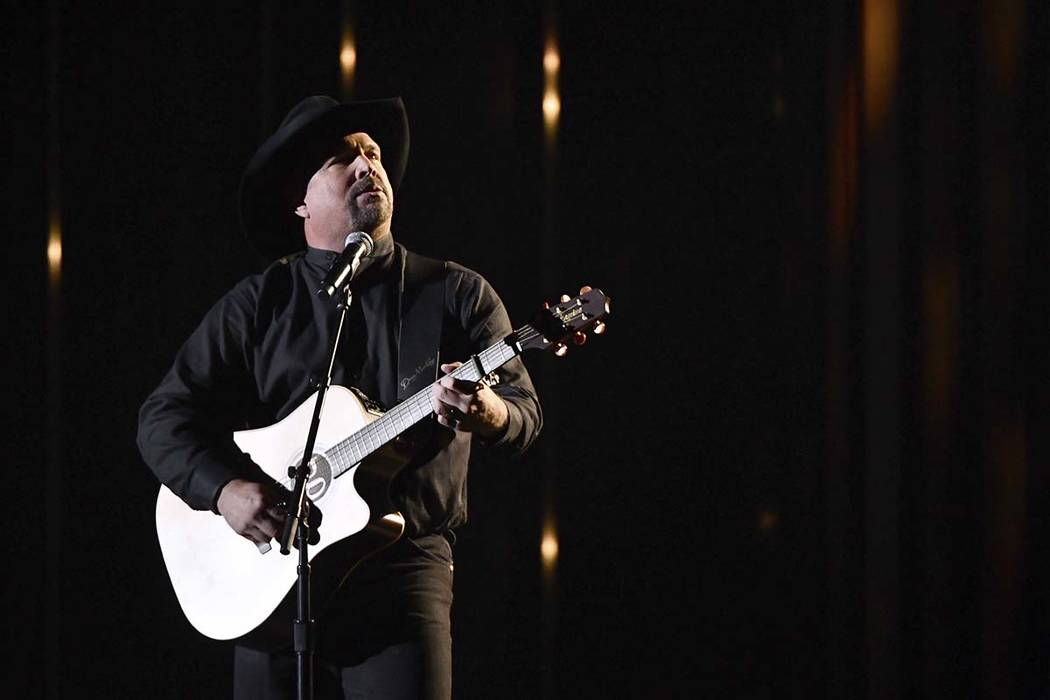"Garth Brooks interpreta ""Stronger Than Me"" en la 52ª edición de los Premios CMA en Bridgeston ..."