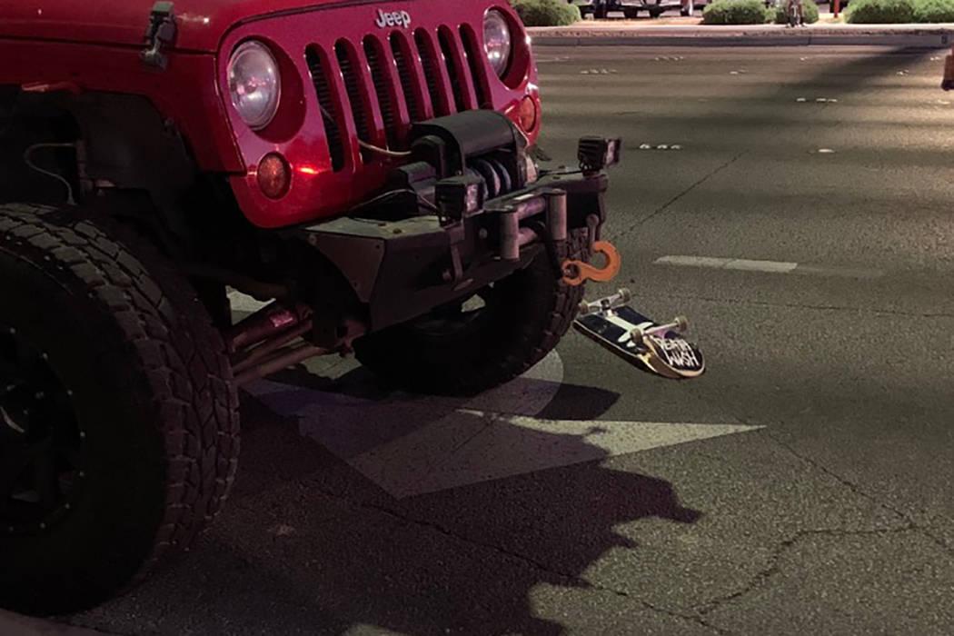 La policía de Las Vegas está investigando después de que un adolescente fue herido tras ser ...