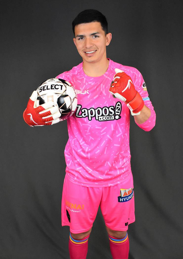 Ángel Álvarez porta el uniforme en color rosa que utilizarán los porteros. [Foto Las Vegas L ...