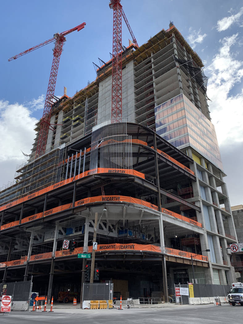Circa, el nuevo hotel-casino de los propietarios Derek y Greg Stevens, se ve en construcción e ...