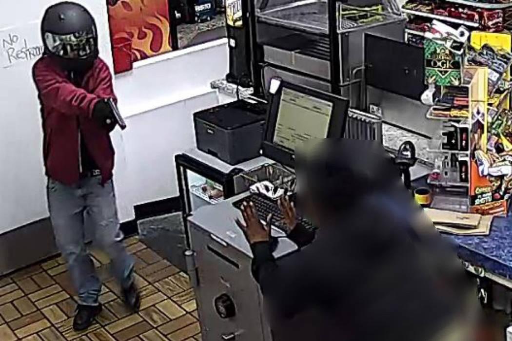 La policía busca a una mujer en relación con un robo a mano armada ocurrido el martes, 18 de ...
