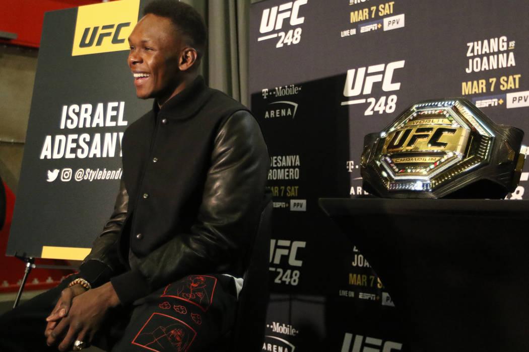 El campeón de peso medio de la UFC, Israel Adesanya, es entrevistado durante la jornada mediá ...