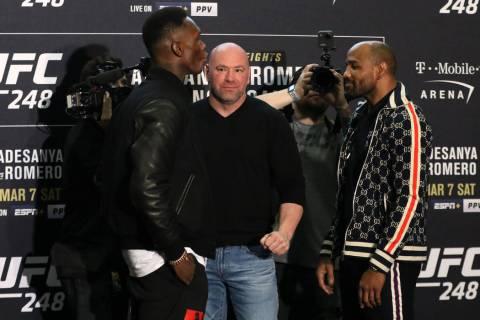El campeón de peso medio de la UFC, Israel Adesanya, izquierda, se enfrenta a su oponente, Yoe ...