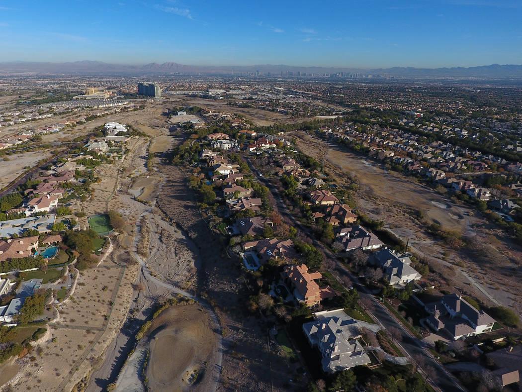 Vista aérea del antiguo campo de golf Badlands, visto desde Hualapai Way en Summerlin en dicie ...