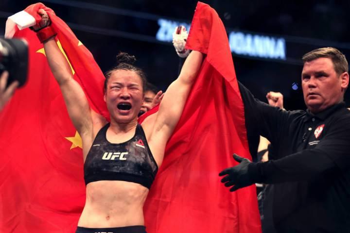 El peso paja femenino Weili Zhang celebra su victoria por decisión sobre Joanna Jedrzejczyk du ...