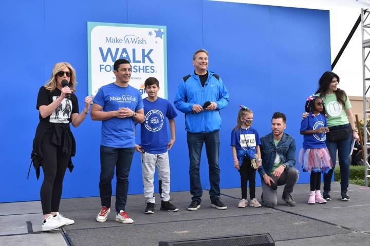 La caminata anual de Make-A-Wish contó con cientos de personas que participaron alegremente. S ...