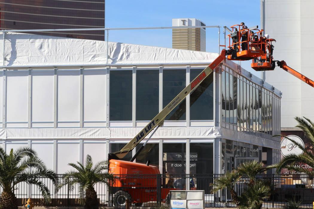 Trabajadores instalan el stand de APTIV, una empresa de tecnología global, antes de la CES el ...