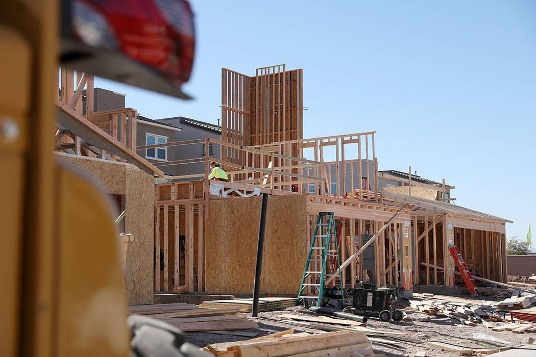 Construcción de una casa en Cadence, una comunidad planificada de Henderson el viernes, 7 de f ...