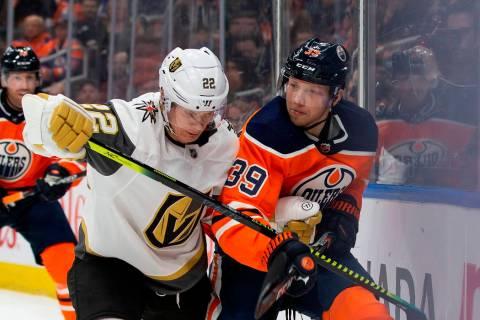 Alex Chiasson (39) de los Oilers de Edmonton se enfrenta a Nick Holden de los Golden Knights (2 ...