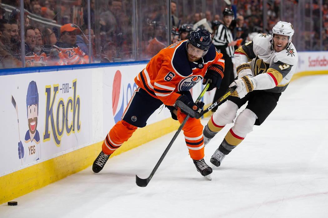 Adam Larsson de los Edmonton Oilers (6) es perseguido por Brayden McNabb de los Vegas Golden Kn ...