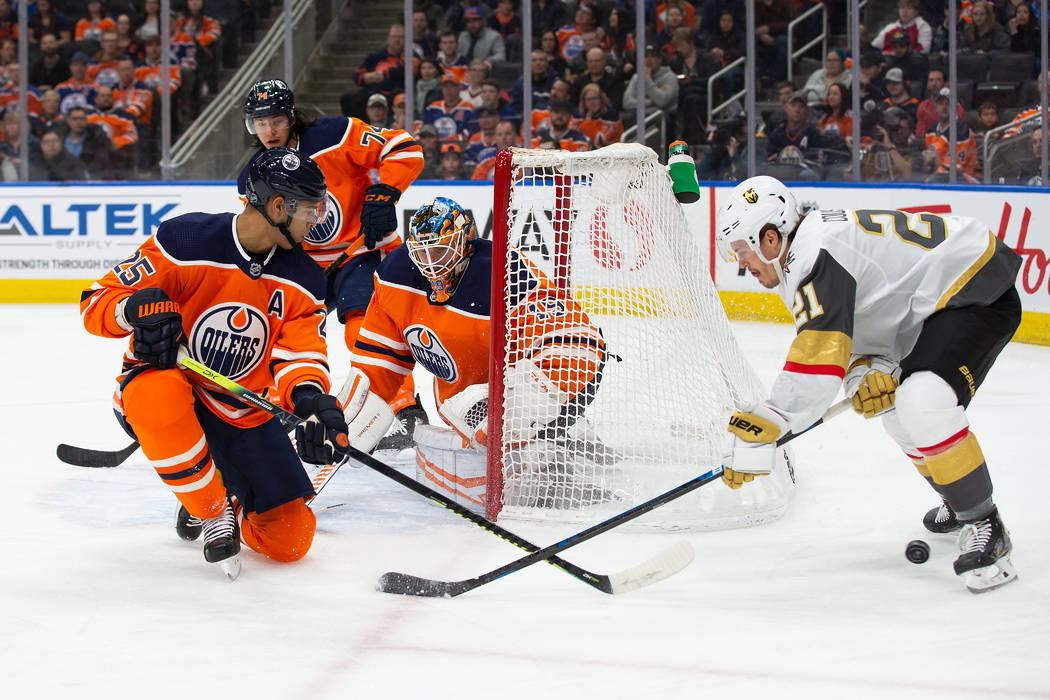 Darnell Nurse (25) de los Oilers de Edmonton y el portero Mikko Koskinen (19), protegen la red ...