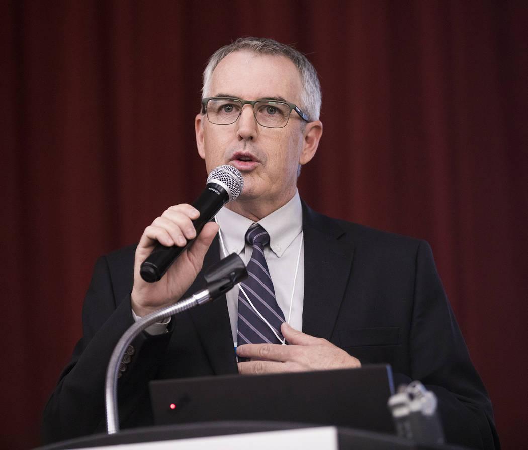 El gerente adjunto de la ciudad, Robert Herr, se dirige al público en una reunión organizada ...