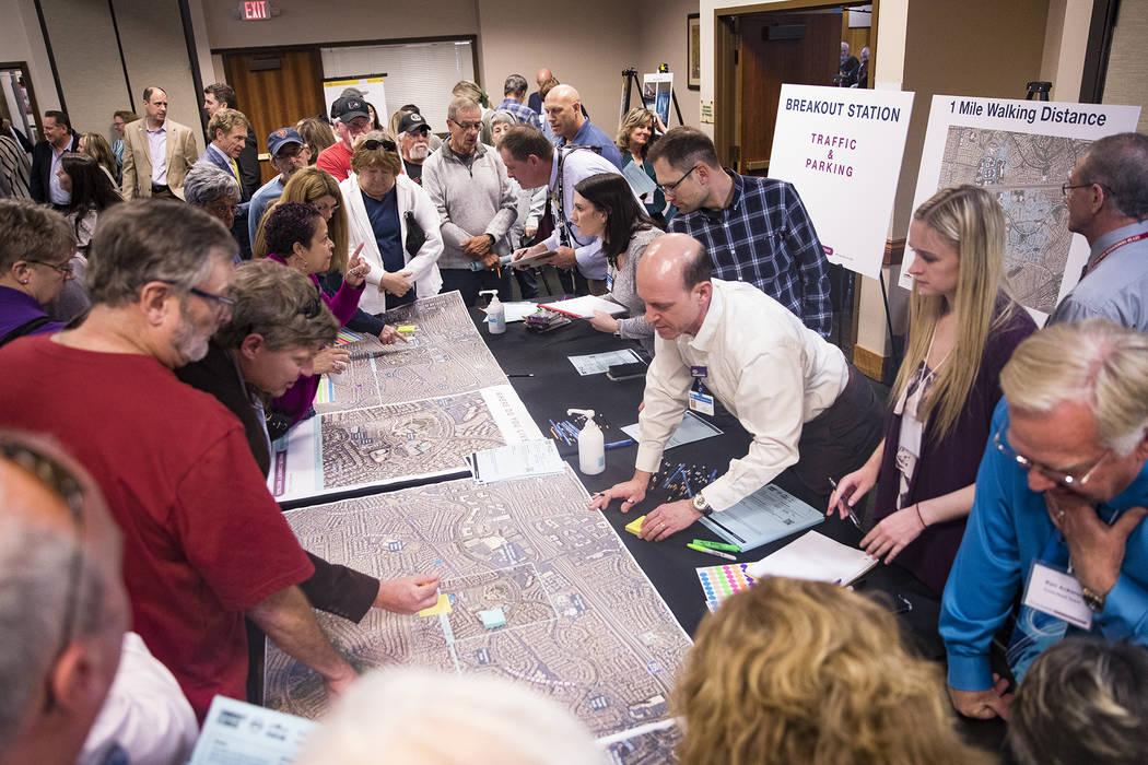 Casa llena en una reunión organizada por la ciudad para proporcionar información y recolectar ...