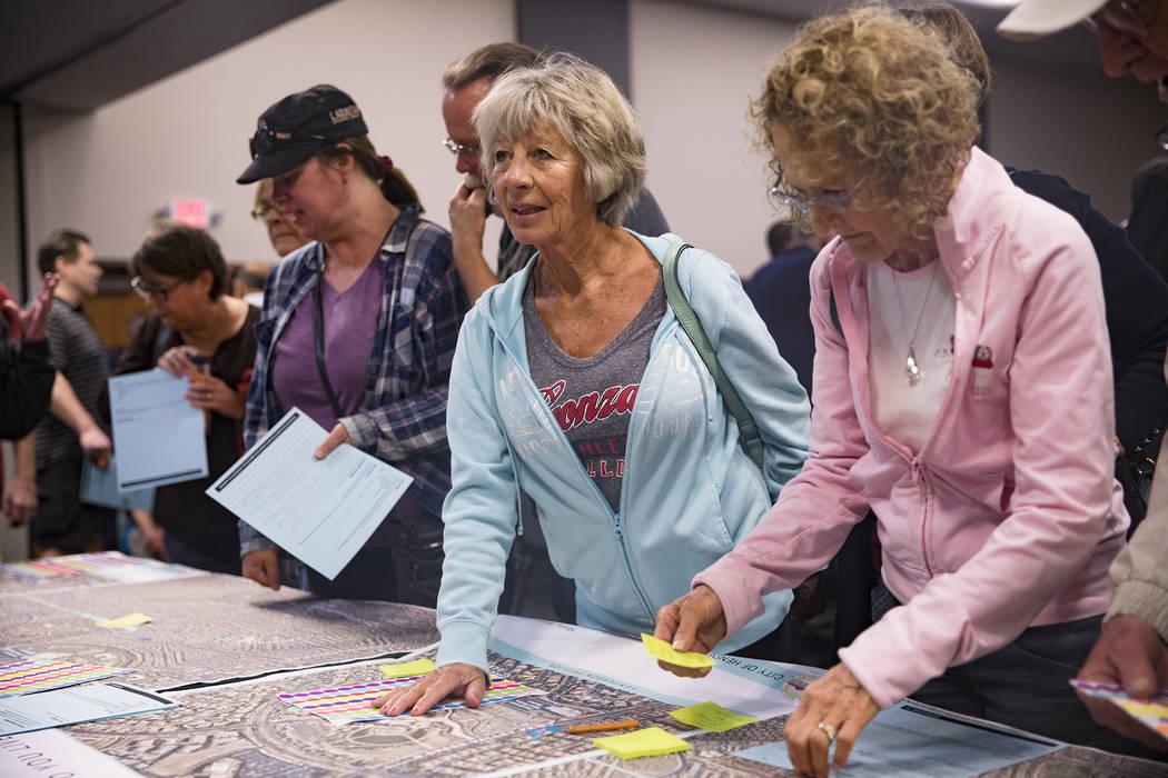 Lois Anderson habla con funcionarios en una reunión organizada por la ciudad para proporcionar ...