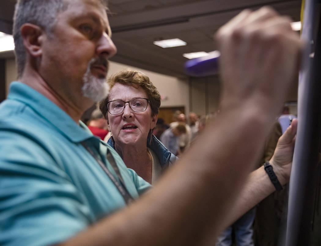 La residente Caroline Jones habla con funcionarios en una reunión organizada por la ciudad par ...