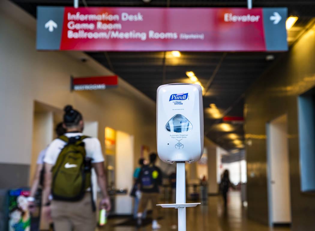 Se ha instalado un dispensador de desinfectante de manos en la entrada del edificio de la Unió ...