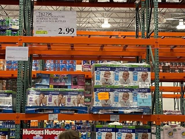 Estantes vacíos para guardar cajas de agua se ven en un Costco en 3412 St. Rose Parkway en Hen ...