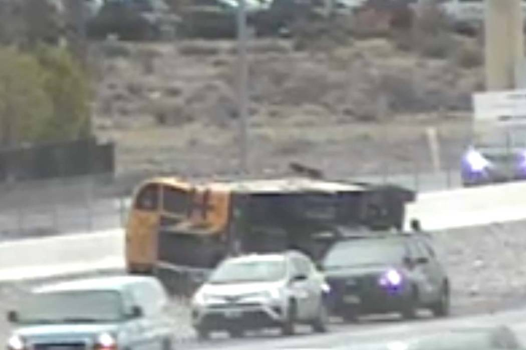 Un autobús del Distrito Escolar del Condado de Clark volcado el martes, 10 de marzo de 2020. ( ...