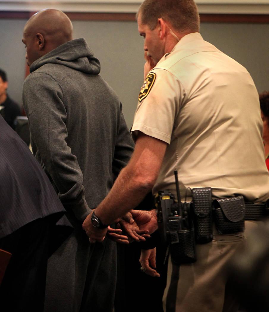 El agente Ron Johnson se prepara para esposar al boxeador Floyd Mayweather Jr. el viernes, 1º ...