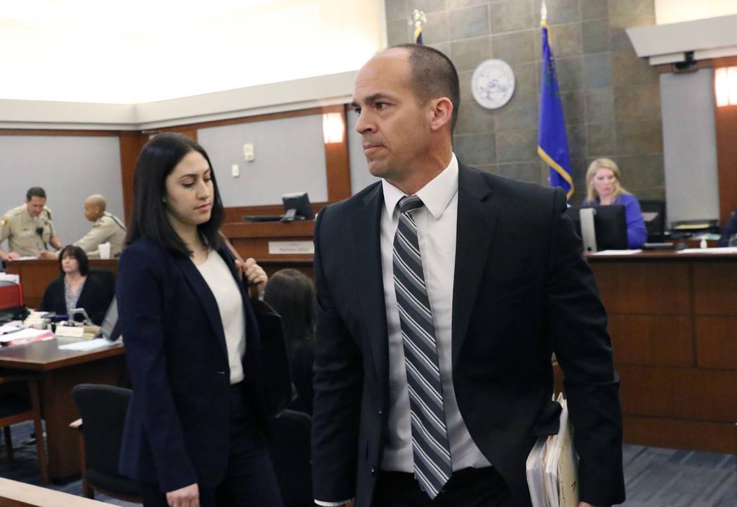 El Jefe de la Fiscalía, Richard Scow, a la derecha, abandona la sala después de una audiencia ...