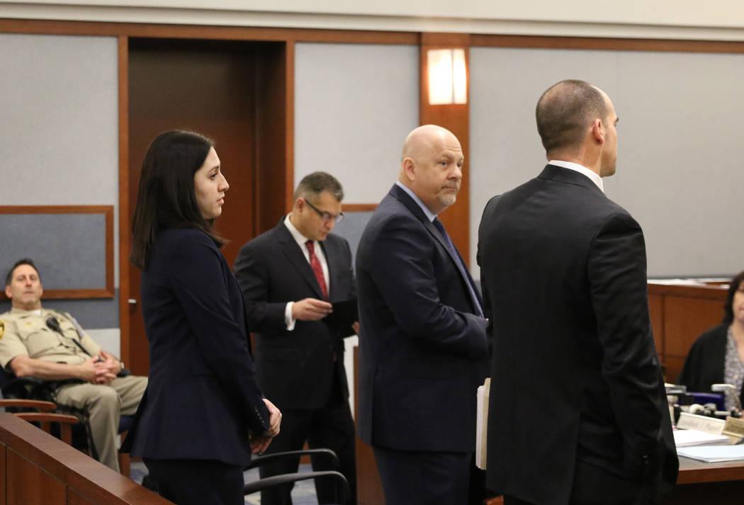 Chris Oram, segundo a la izquierda, quien representa al ex ejecutivo de la LVCVA, Brig Lawson, ...