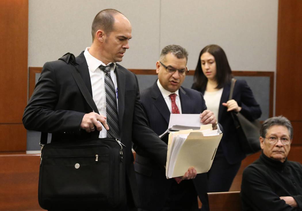 Chris Oram quien representa al ex ejecutivo de la LVCVA, Brig Lawson, y el abogado de Rossi Ral ...