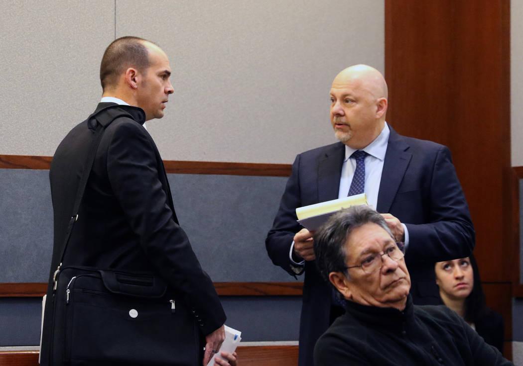 El Jefe de la Fiscalía, Richard Scow, izquierda, y el abogado de Rossi Ralenkotter, Anthony Sg ...
