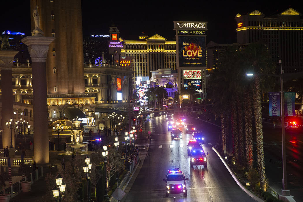 La caravana del presidente Donald Trump conduce hacia el norte por el Strip de Las Vegas a las ...