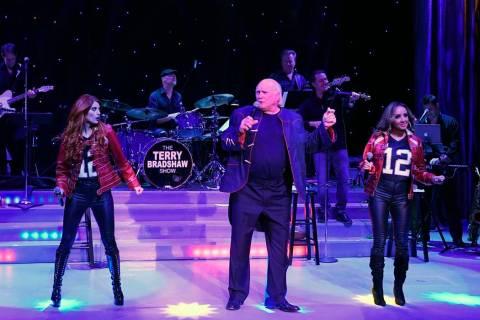 Terry Bradshaw, con Anne Martínez (izquierda) y Lorena Peril, se presentarán en el Atrium Sho ...