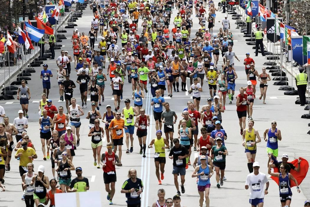 Esta foto del 17 de abril de 2017, muestra a los corredores participando en el maratón de Bost ...