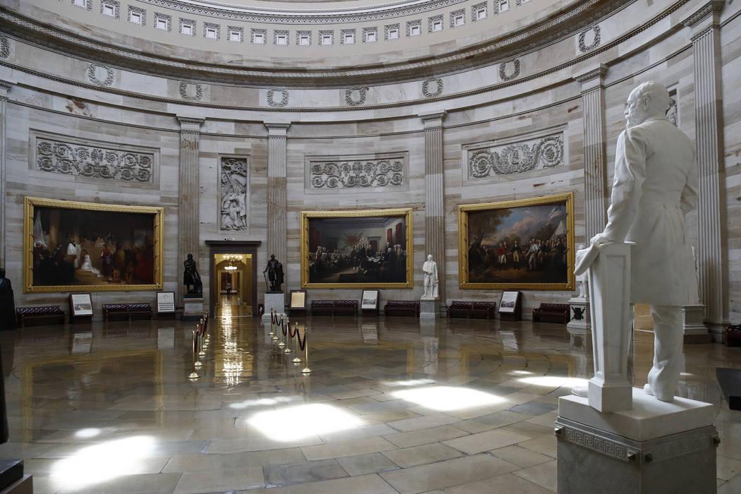 La rotonda del Capitolio de Estados Unidos vacía el lunes, 16 de marzo de 2020. El Congreso ce ...