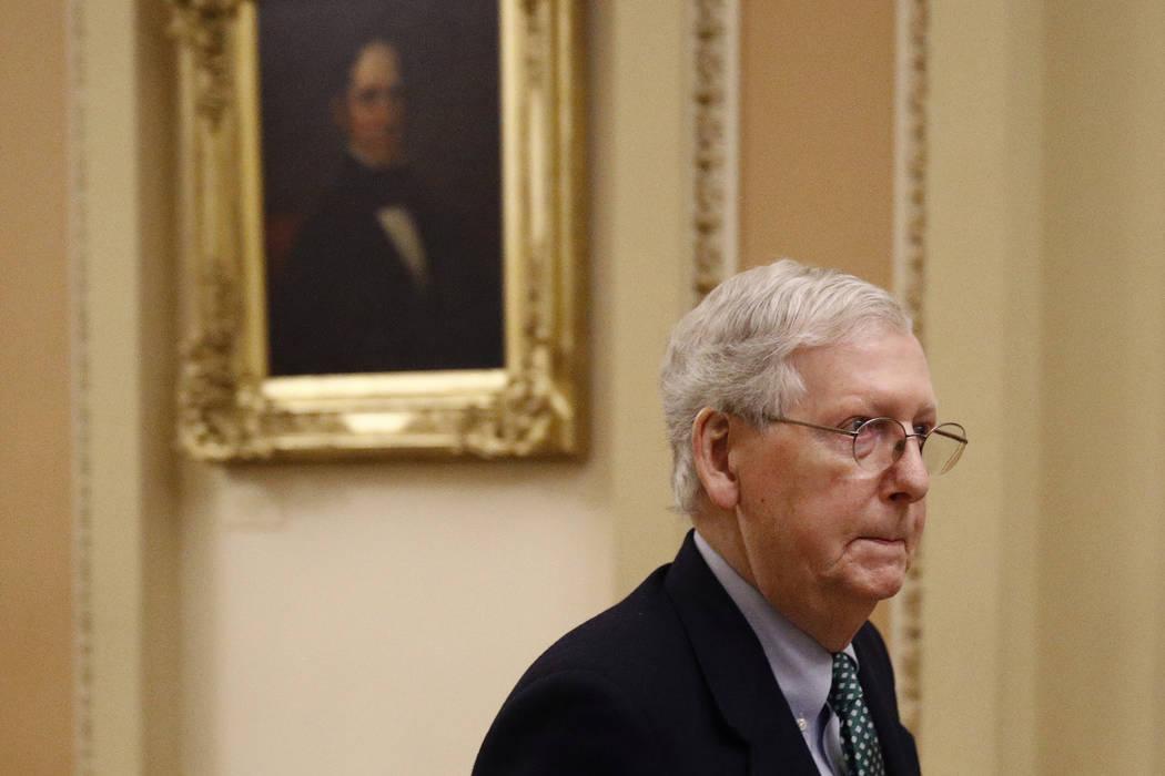 El líder de la mayoría del Senado, Mitch McConnell de Kentucky, sale de la Cámara del Senado ...