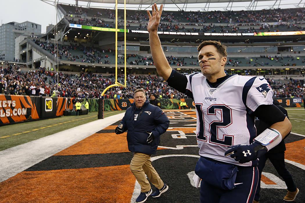 El mariscal de campo de los New England Patriots, Tom Brady (12), saluda a la multitud después ...