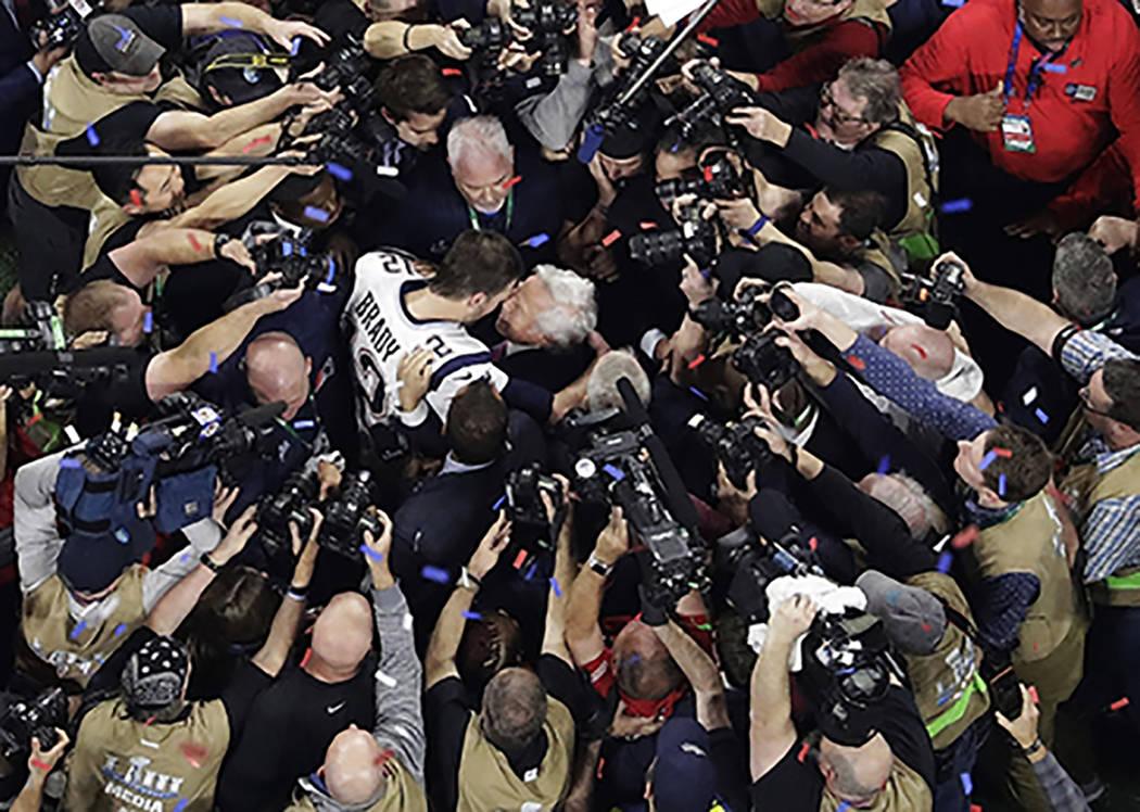 Tom Brady de los Patriots de Nueva Inglaterra abraza al dueño de los Patriots, Robert Kraft, d ...