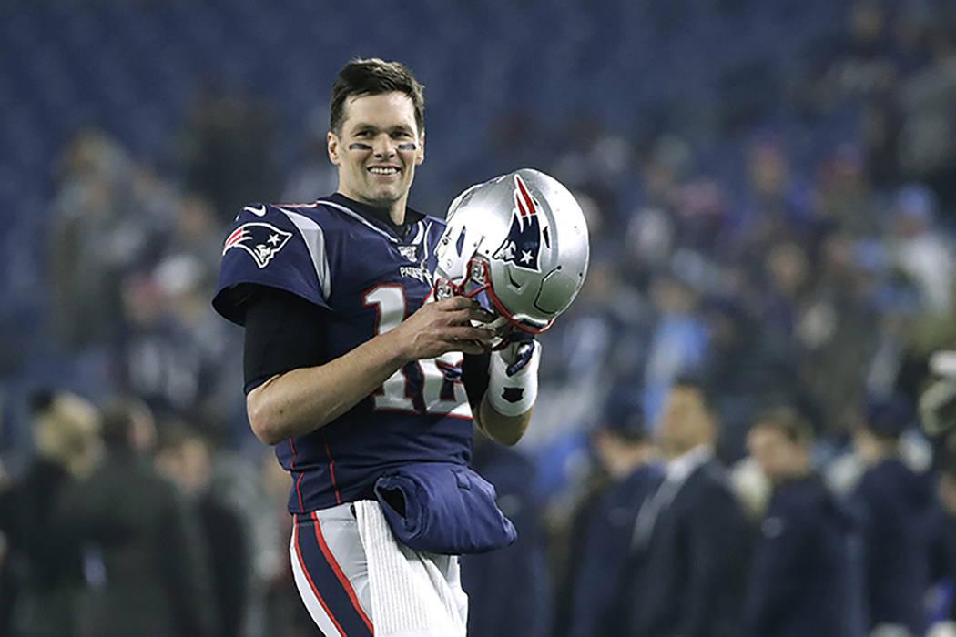 El mariscal de campo de los Patriots de Nueva Inglaterra, Tom Brady, calienta antes de un parti ...