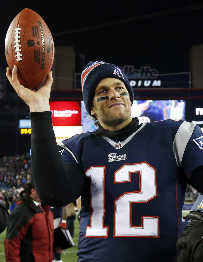 El mariscal de campo de los New England Patriots, Tom Brady, sostiene el balón después de un ...