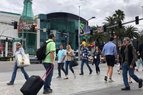Visitantes caminando a lo largo del Strip el 12 de marzo de 2020, en Las Vegas. (Bizuayehu Tesf ...