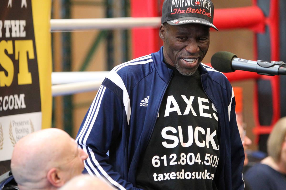 El boxeador retirado Roger Mayweather da un discurso después de ser admitido en el Salón de l ...