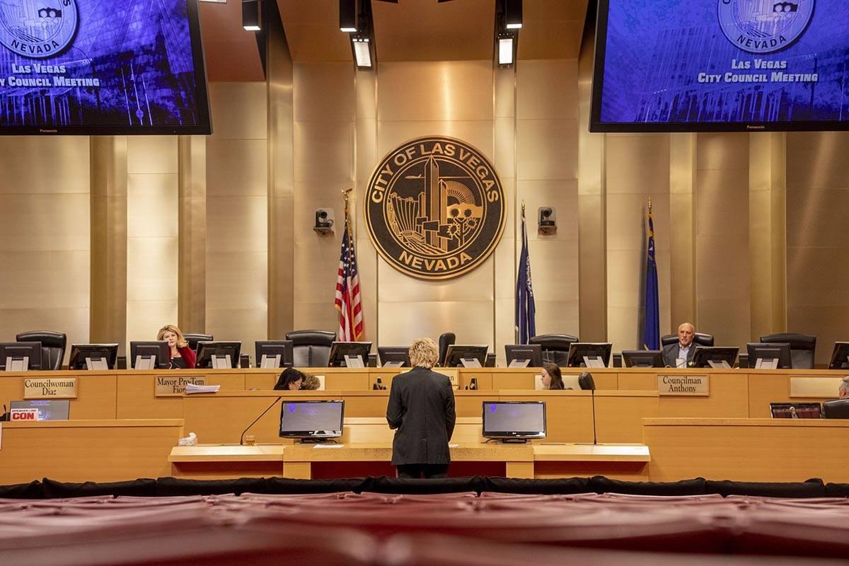 La alcaldesa de Las Vegas, Carolyn Goodman, dirige una reunión pública en las Cámaras del Co ...
