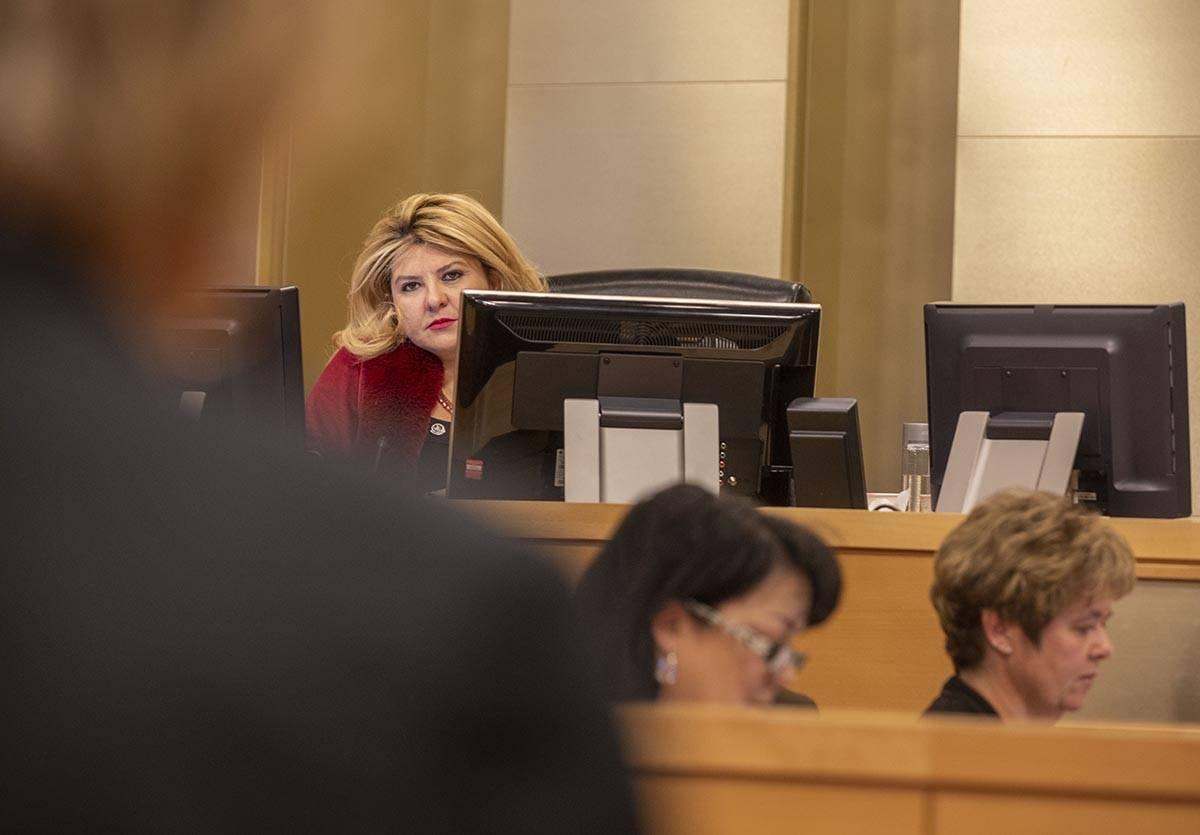La alcaldesa Pro Tem, Michele Fiore, escucha a la alcaldesa de Las Vegas, Carolyn Goodman, hace ...