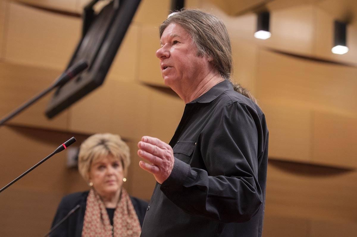 La alcaldesa de Las Vegas, Carolyn Goodman, izquierda, y el fiscal de la ciudad de Las Vegas, B ...